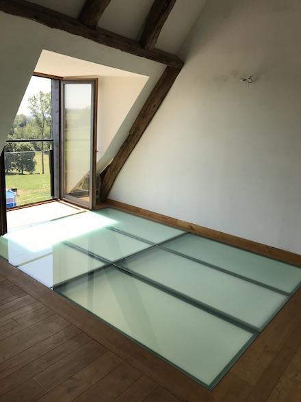 Plancher en verre avec ossature en acier